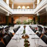 Sonckin sali_pitkät pöydät juhla