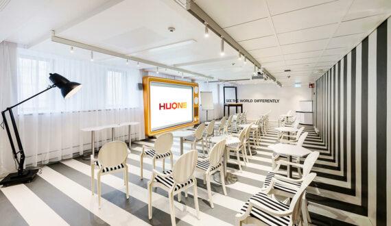HUONE Kamppi Oversized_theatre_new logo_10 (1)